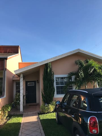 Beautiful 4/2 with backyard near FIU/Kendall Hosp