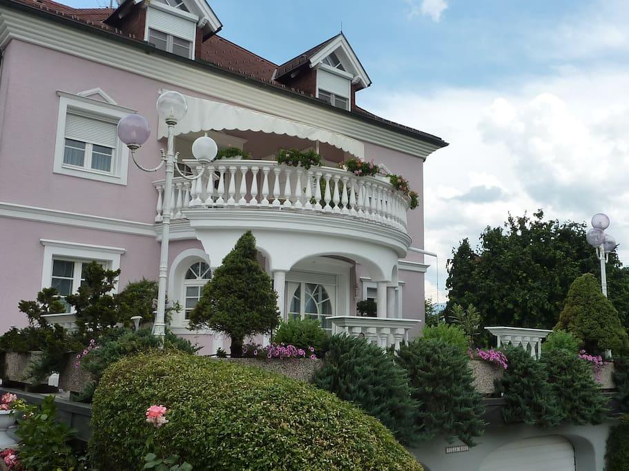 Ansicht Villa Zufahrt