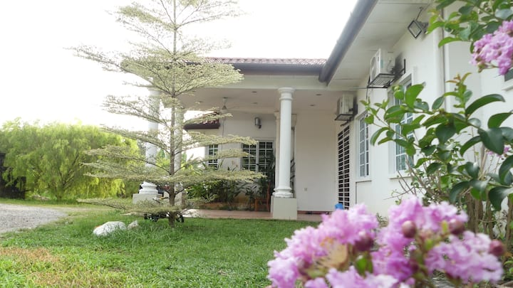 RoomstaySungai Buloh: 1 Room in a Villa For 3 Pax