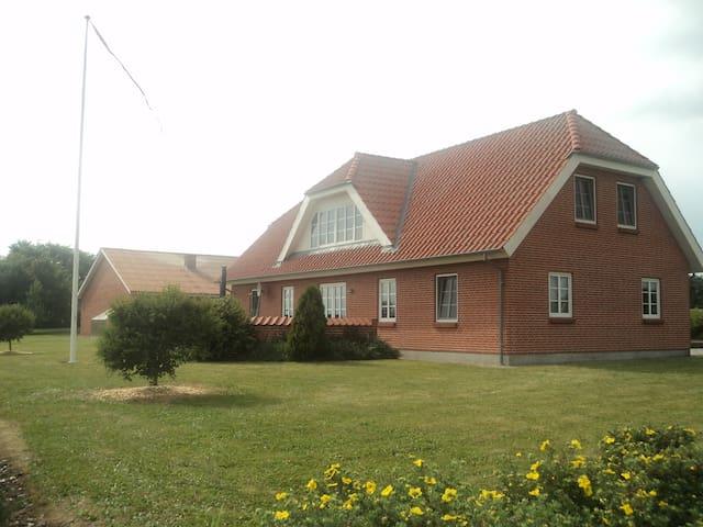 Huset set fra haven