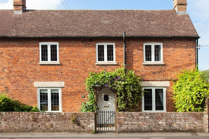 Charming Country Cottage - Perfect Location - Warminster