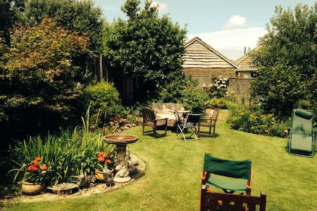 Double bedroom with garden view - Shanklin