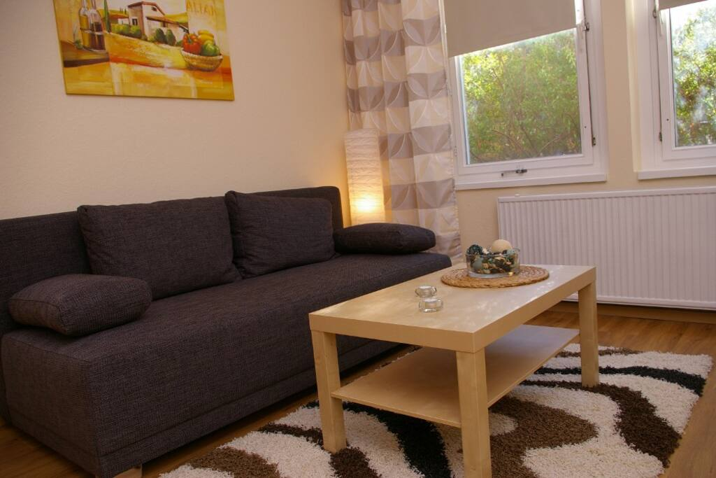 Sofa mit Schlaffunktion für 2 Personen im Wohnbereich.