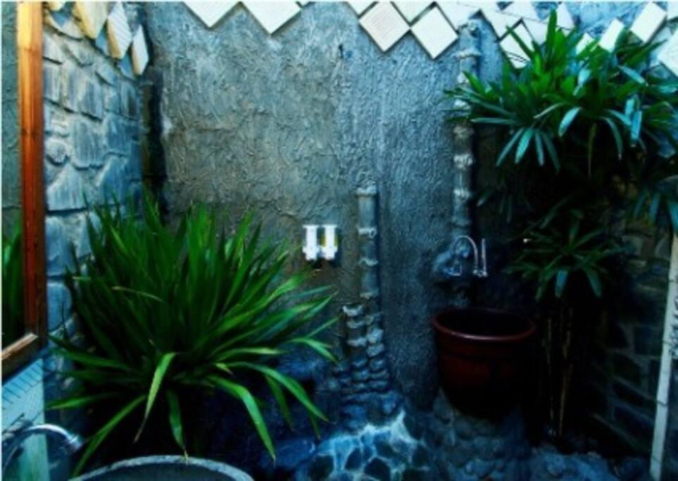 Kamar mandi dengan suasana outdoor
