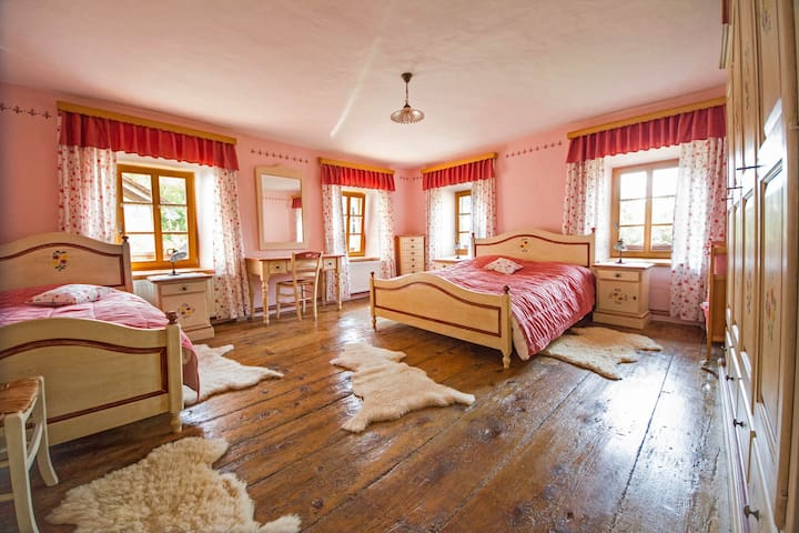 red bedroom (3 beds + baby bed)
