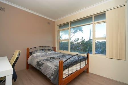 Bright and sunny queen room - Cronulla - Daire