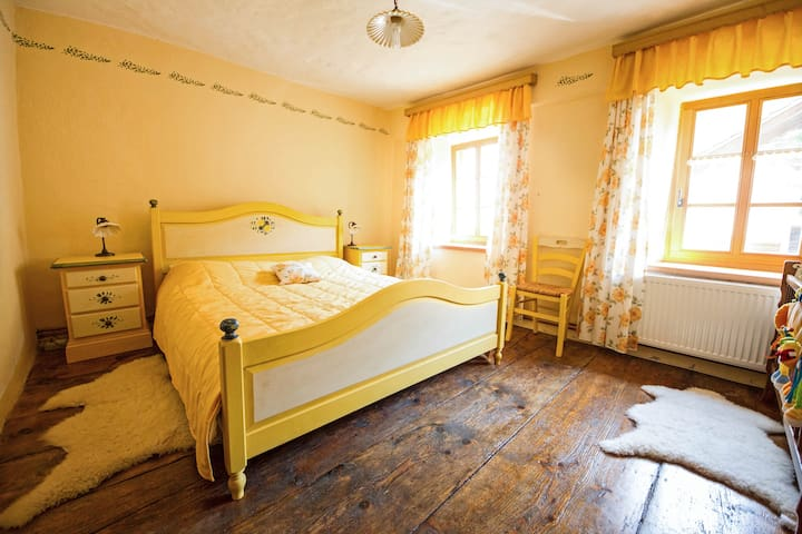 yellow bedroom (2 beds+ baby bed)