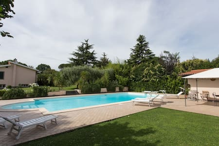 Mansarda in villa con piscina - โรม