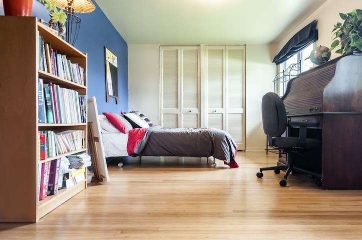 Très grande chambre à Chambly - シャンブリー - 一軒家