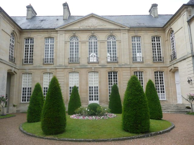In an 18th century mansion-house - Bayeux - Apartament