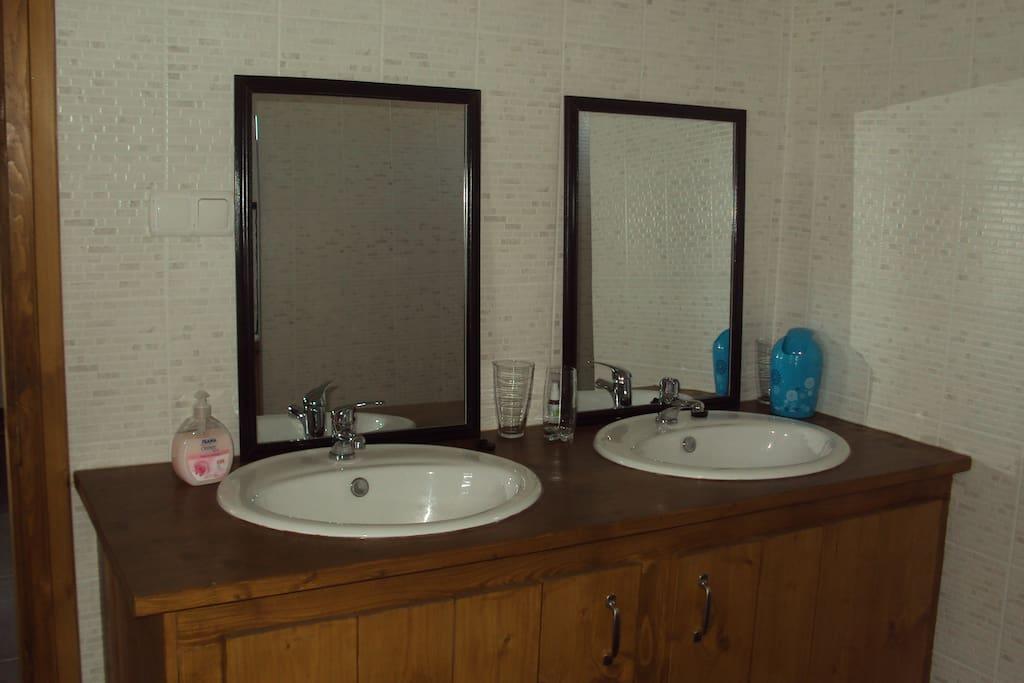 1 van de 3 badkamers, allen met inloopdouche en toilet.