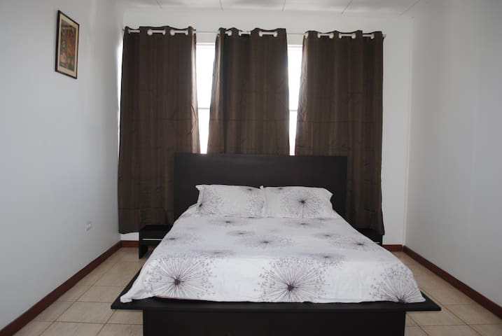 Room in quiet house close to Universidad Nacional - Heredia - Casa