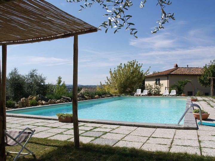Bilocale nel verde con piscina 7 km da Firenze