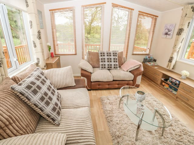Dog friendly lodge in 150 acre country park