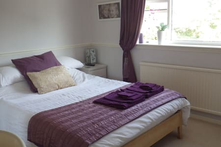 A wonderful South facing home - Timperley - Huis