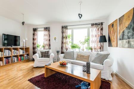 Spacious, close to city, balcony - Stokholm - Daire