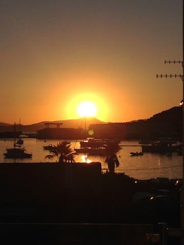 L'été vers 7h30 il est possible de voir ce merveilleux lever du soleil !