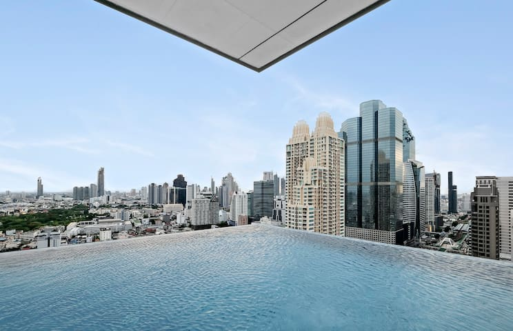 39th floor with amazing views and Infinity Pool