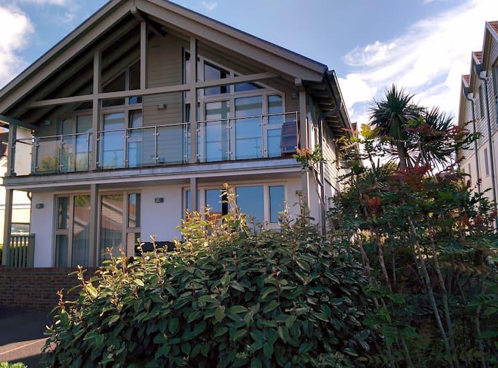 Luxury 2 Bedroom Apt with Sea View