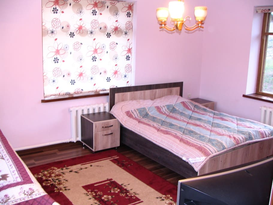 There are three bedrooms with 1x double bed and 1x single bed / Три спальные комнаты с двуспальной и односпальной кроватями