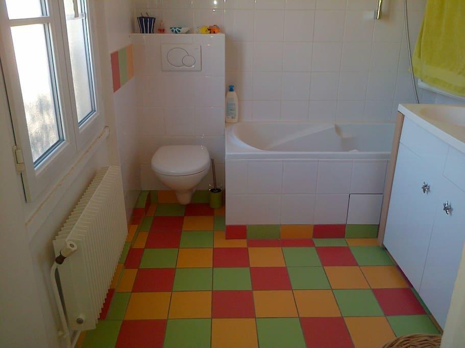 Salle de bains avec une grande fenêtre; Très lumineuse:)