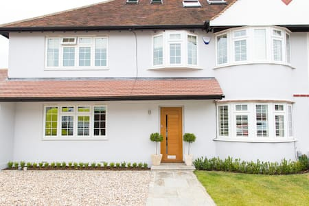Warm and Friendly Home - Thames Ditton