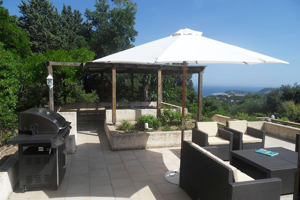 terrasse vue mer avec salon de jardin et pergola.
