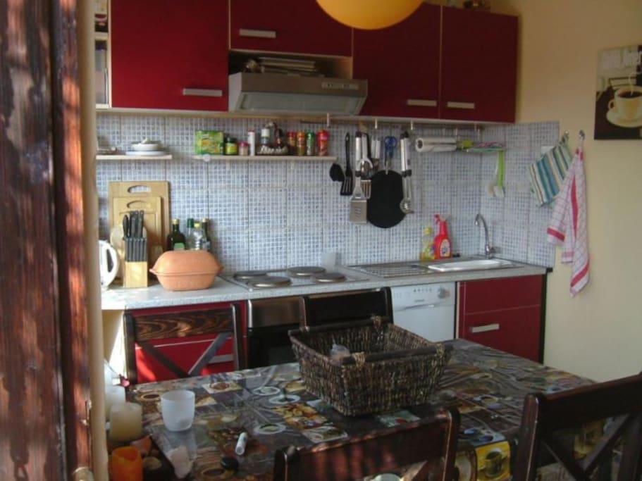 Küche mit Herd, Backofen, Mikrowelle, Kaffee-Pad-Maschine, Wasserkocher,Spülmaschine.