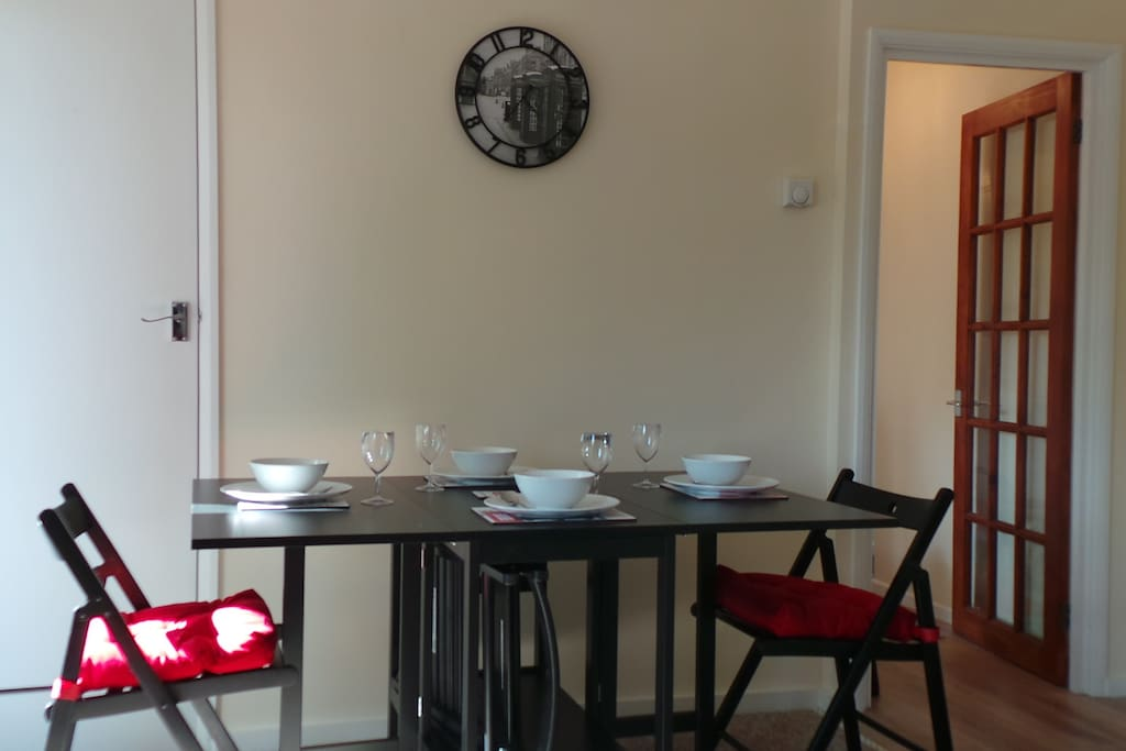 Dining table & seating for 6.