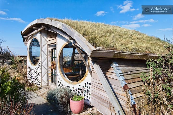 Owl House award winning Eco Build - Hightown - Stråhytte