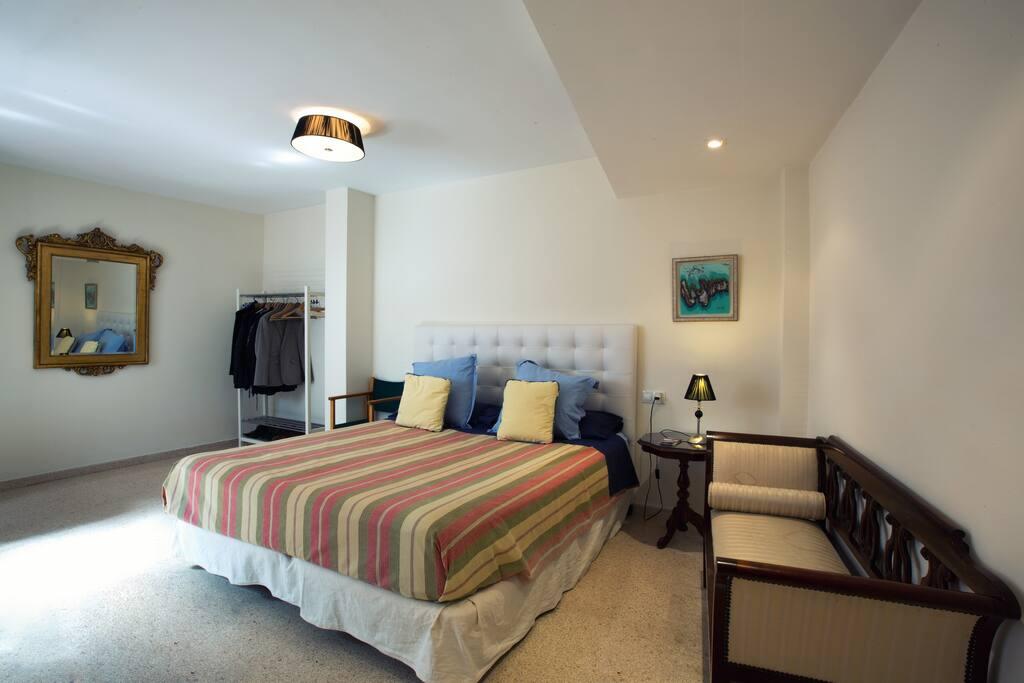 Habitación amplia, luminosa y tranquila
