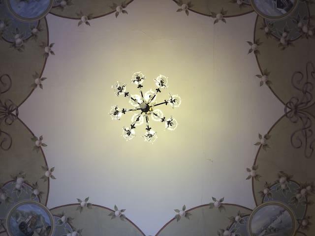 Il soffitto con lampadario in stile