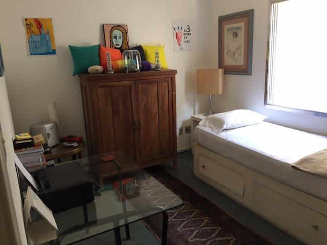 Quarto limpo e confortável, com ótima localização.