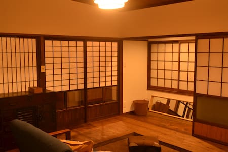 有田駅から徒歩3分のリノベーション町家 1F/カフェ&器の店 2F/宿 - Arita-chō - Лофт