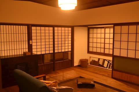 有田駅から徒歩3分のリノベーション町家 1F/カフェ&器の店 2F/宿