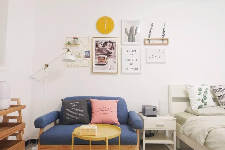 【阳光吊椅】紧邻工体/三里屯/簋街/南锣鼓巷,精装舒适一居室|一步繁华|1080P投影仪