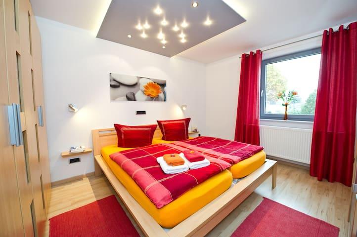 Schlafzimmer 1 + Babybett stellbar
