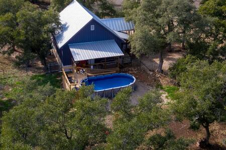 Wiggle Butt's Ranch- Pool, Hot tub, and just 3 miles to Canyon Lake!