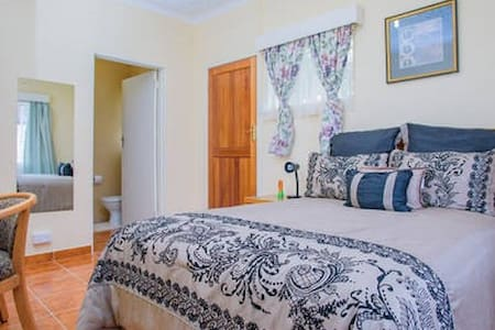 Art Lodges - Deluxe Room (Room #5) - Harare