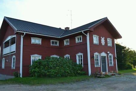 Majatalo Kurkela keskellä vilkasta maalaismaisemaa
