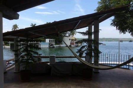 Bonita casa a la orilla del lago - Tequesquitengo  - 一軒家