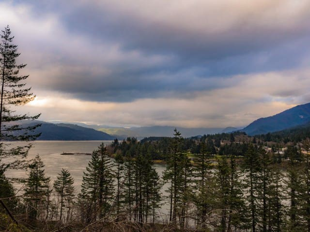 Columbia River 10 min walk