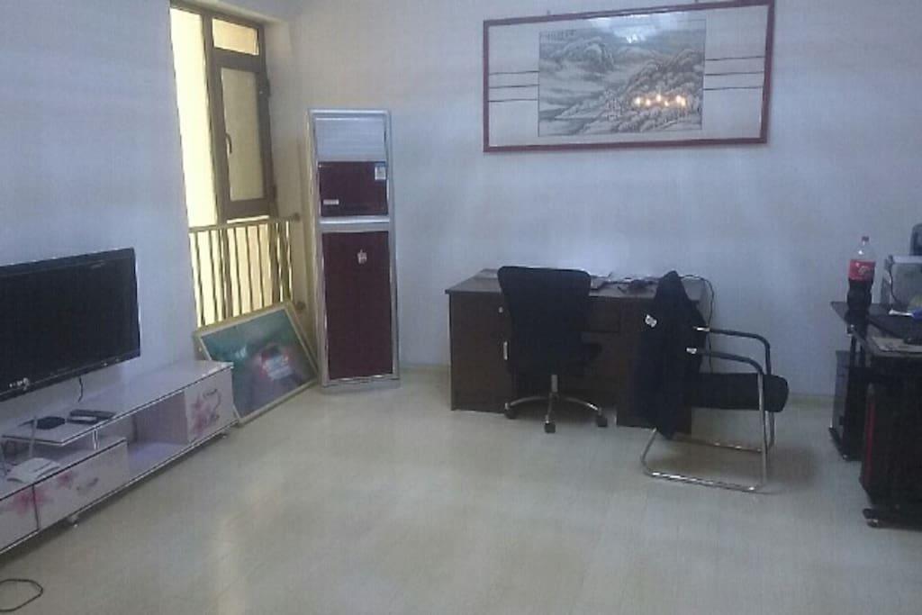 客厅兼办公区