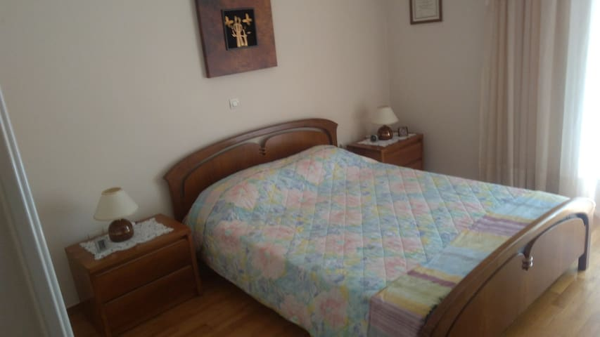 Double bed in comfy flat close to metro n airport