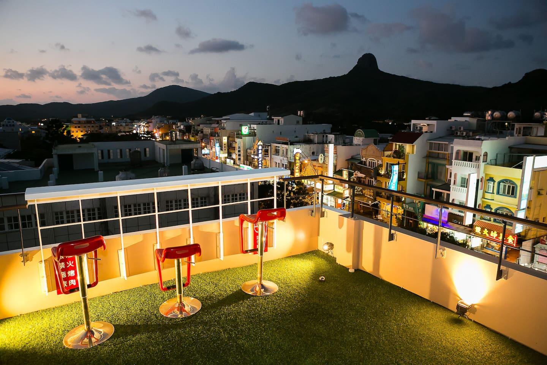 精心特製的空中吧台 能讓旅客細細品嘗墾丁熱情奔放的夜晚,墾丁獨有的海景與山景都能收於眼下,實屬一大享受。