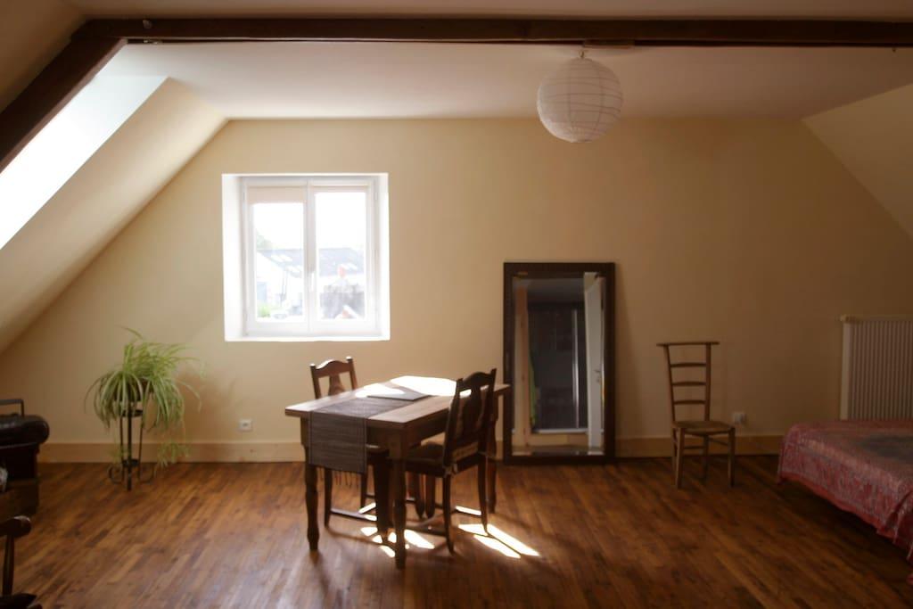 Située au 2e étage, en sous-pente, (65 m2 au sol),