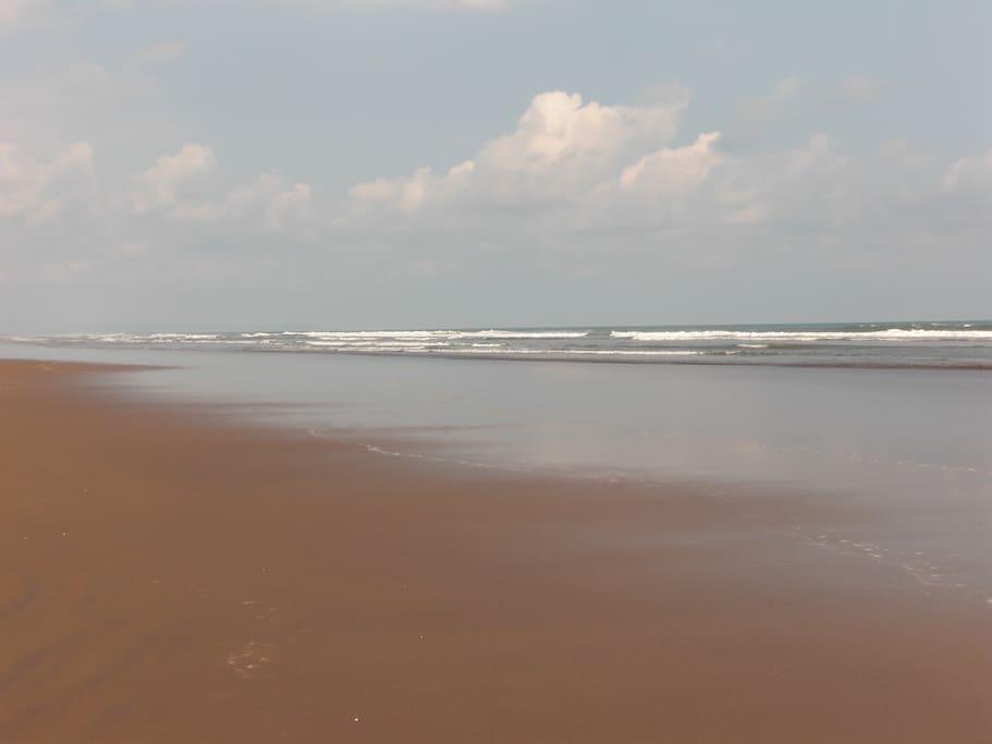 Plage de sable fin, vous permet de marcher ou jogger durant des heures.