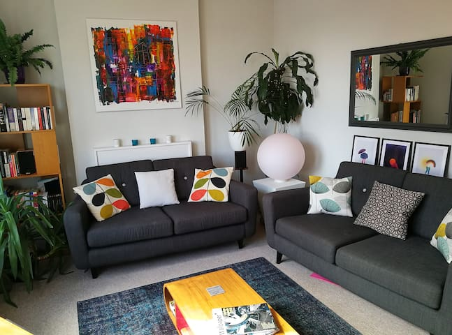 Stylish Two Bedroom Apartment in Southfields