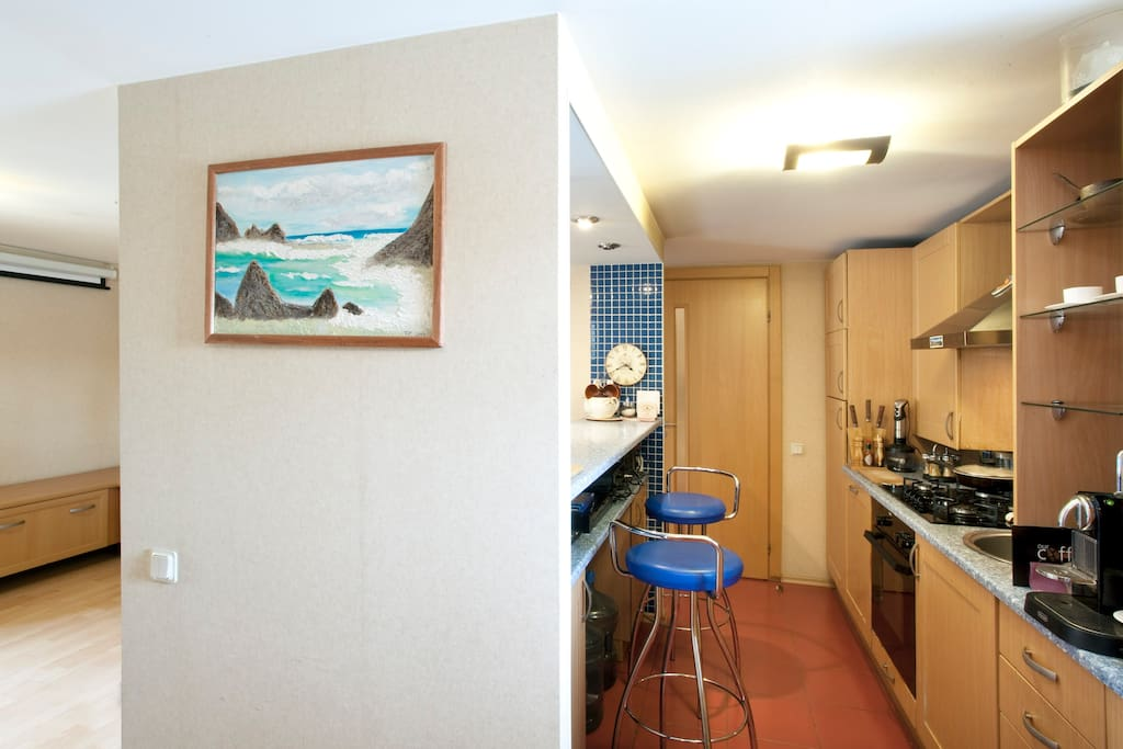 кухня справа, слева - вход в киногостиную -  вид из прихожей