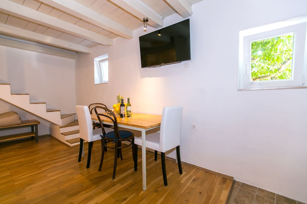 Corner with table and SAT Tv in ground floor